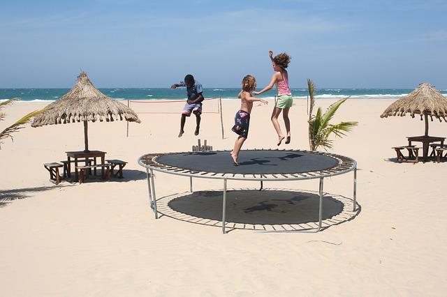 pláž, trampolina, děti