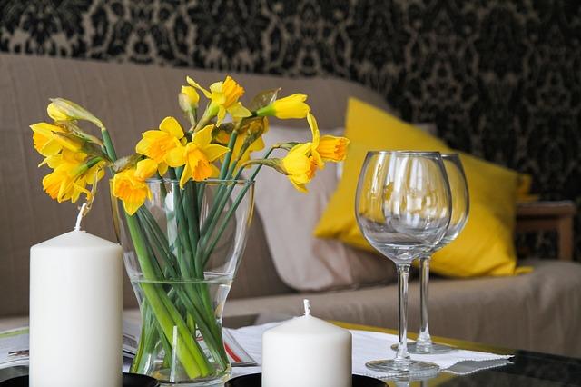 svíčky, květiny, sklenice, sedačka
