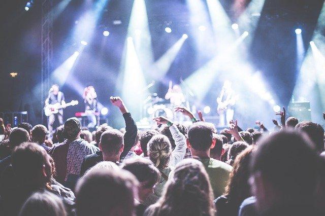 na rockovém koncertě
