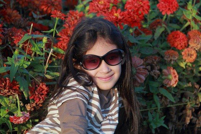 dívka ve slunečních brýlích