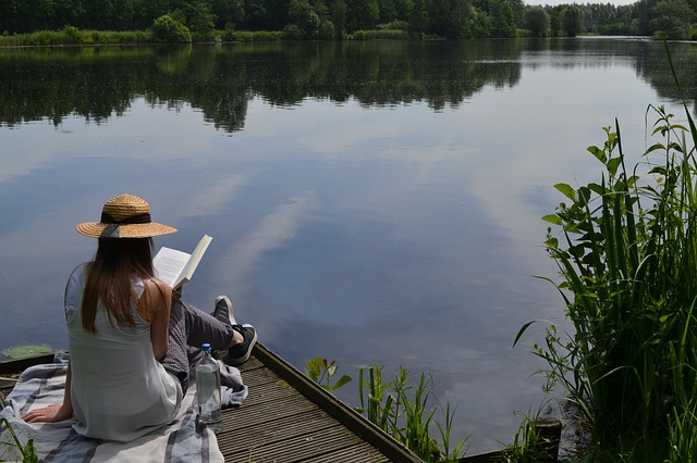 čtení u jezera