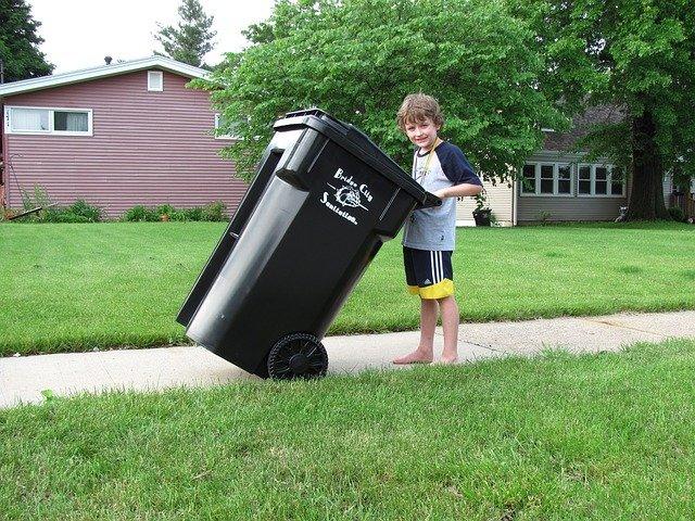 kluk s popelnicí