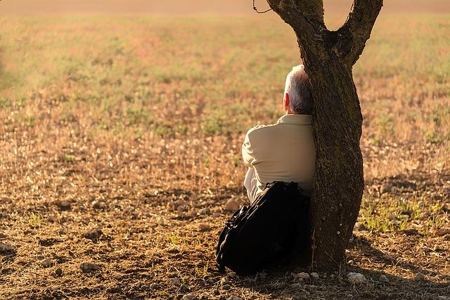 muž opřený o strom