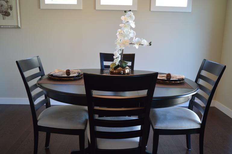 hnědé jídelní židle s polstrováním