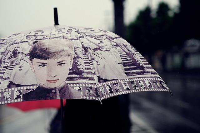 rozevřený deštník s potiskem