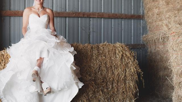 Nevěsta, sedící na balíku slámy