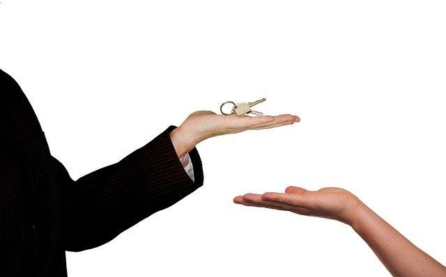 předání klíče z ruky do ruky