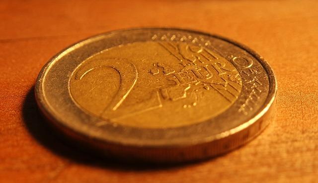 2 eura – mince na stole
