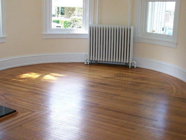 dřevěná podlaha v kruhové místnosti
