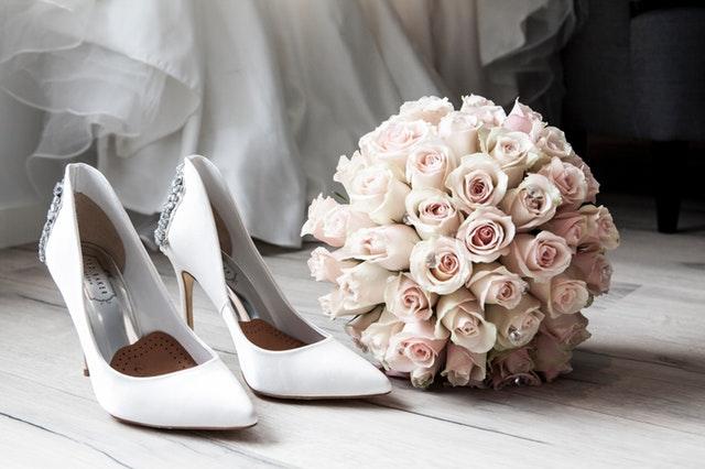 svatební kytice, boty