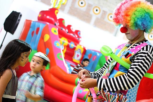 klaun na oslavě